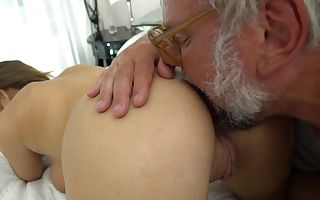 Tootsie wants to taste the cum of grey-haired gentleman
