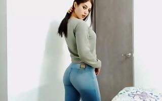 college lady in tight jeans sans pocket